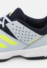 adidas Performance - COURT STABIL UNISEX - Zapatillas de balonmano - halo blue/hi res yellow/legend ink - 5