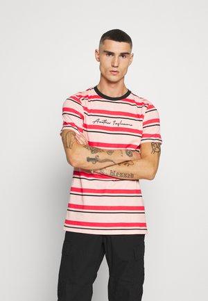 SIGNATURE STRIPE - Camiseta estampada - pink/red/black