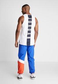 Mitchell & Ness - MIDSEASON PANT - Pantalon de survêtement - royal/orange - 2