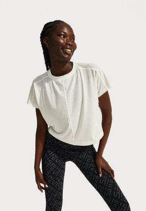 SWEATY BETTY X HALLE BERRY PATIENCE SPLIT BACK TEE - T-shirt sportiva - white