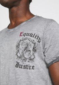 Key Largo - JUSTICE ROUND - Print T-shirt - anthra - 4