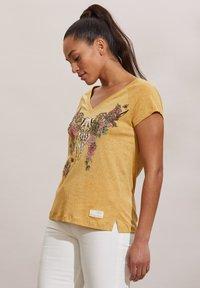Odd Molly - HENNA - Print T-shirt - golden biscotti - 2