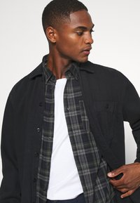 Selected Homme - SLHREGMATTHEW CHECK - Skjorta - forest night - 3
