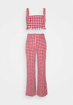 COORD SCOOP NECK CROP AND SEAM TROUSER SET - Trousers - red