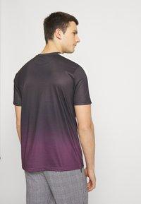 CLOSURE London - CONTRAST FADE - Print T-shirt - port - 2