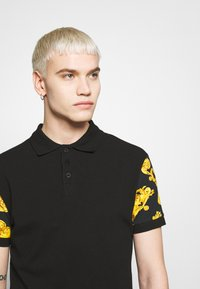 Versace Jeans Couture - GIOIELLI BACK PRINT - Polo - black - 4