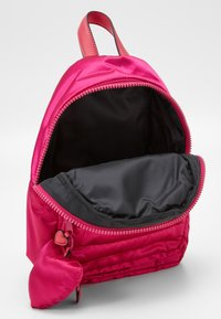 Guess - TILLY SMALL BACKPACK - Batoh - fuxia - 2