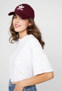adidas Originals - BASE CLASS UNISEX - Casquette - maroon/white - 4