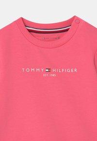 Tommy Hilfiger - ESSENTIAL UNISEX - Sweatshirts - exotic pink - 2