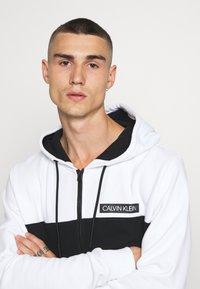 Calvin Klein - COLOR BLOCK ZIP THROUGH HOODIE - Huvtröja med dragkedja - black/white - 3