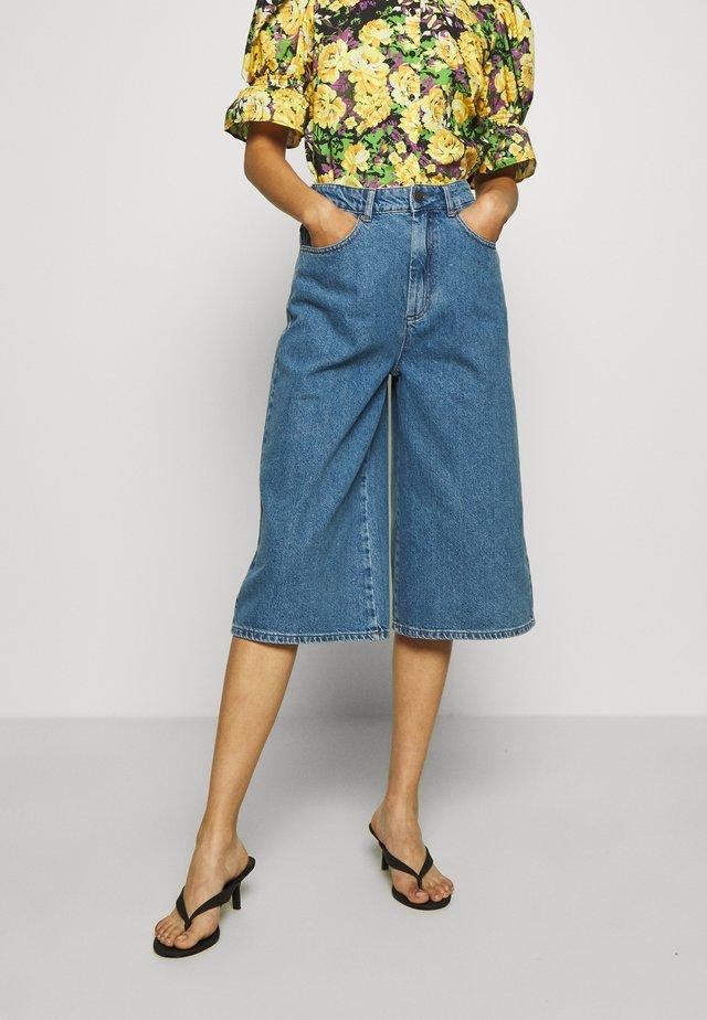 KINSLEYGZ - Shorts di jeans - light blue