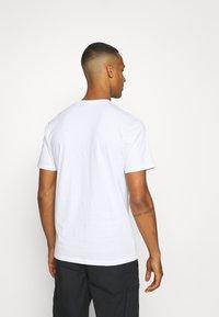 Santa Cruz - SCALES SCREAMING HAND UNISEX - T-shirt imprimé - white - 2