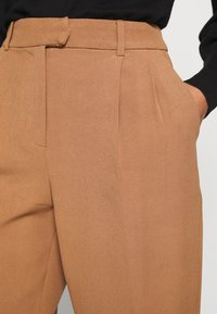 ONLY - ONLEVILA-LANA CARROT PANT - Pantalon classique - toasted coconut - 5