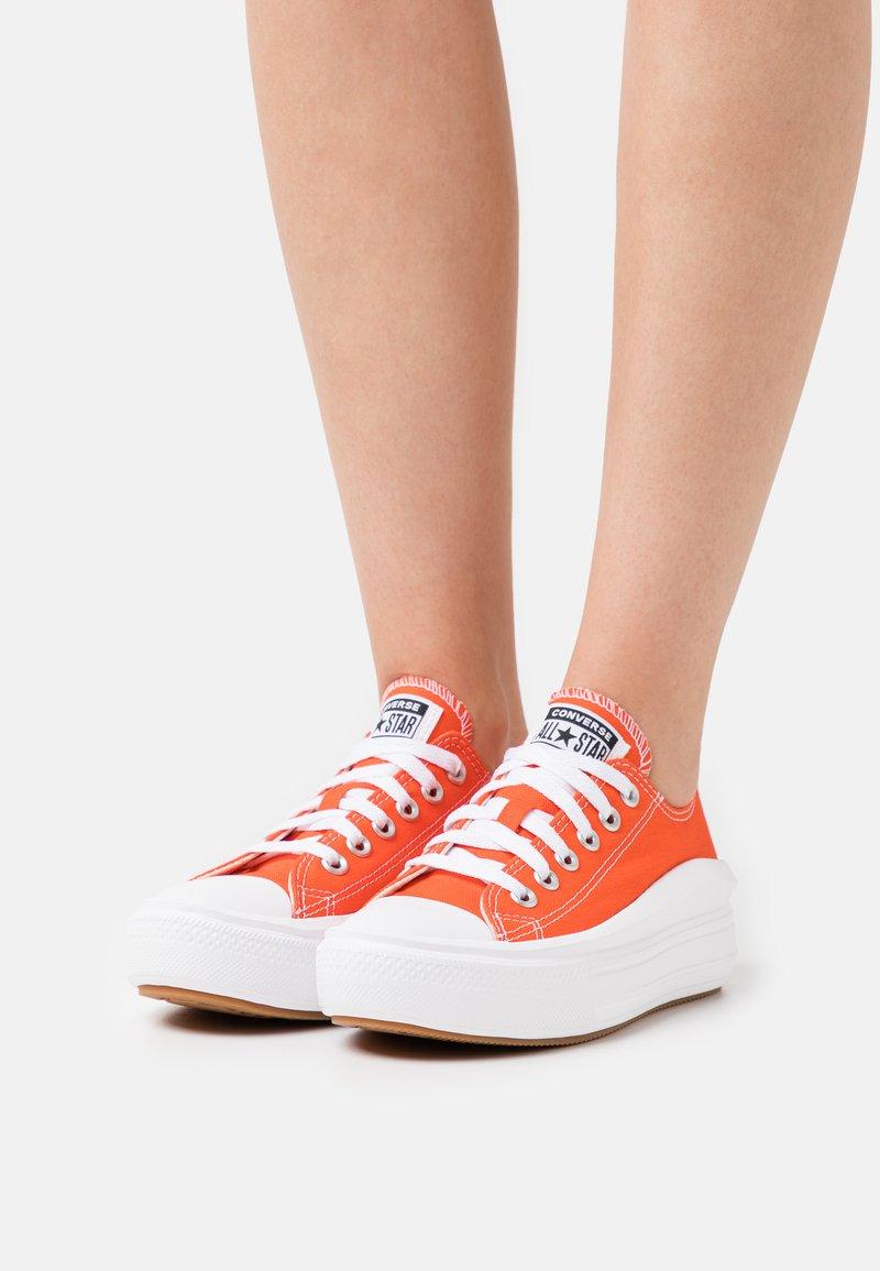 Converse - CHUCK TAYLOR MOVE PLATFORM - Zapatillas - bright poppy/black/white