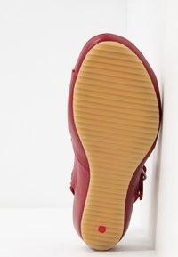 Kickers - TAKIKA - Wedge sandals - rouge - 6