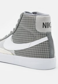 Nike Sportswear - BLAZER MID '77 PATCH - Sneakers hoog - smoke grey/white/particle grey