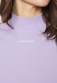 Calvin Klein Jeans - MICRO BRANDING STRETCH MOCK NECK - Triko spotiskem - palma lilac - 4