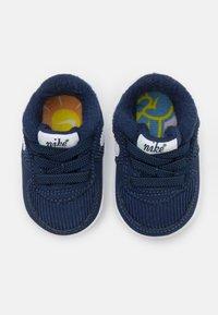 Nike Sportswear - FORCE 1 CRIB SE UNISEX - První boty - midnight navy/white/lime glow - 3