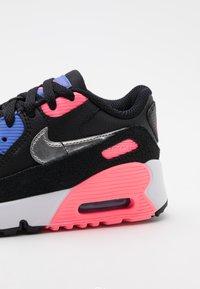 Nike Sportswear - AIR MAX 90 UNISEX - Zapatillas - black/metallic silver/sunset pulse - 5