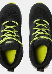 The North Face - JR HEDGEHOG HIKER II MID WP - Hiking shoes - tnfblack/sulphurspringgrn - 2