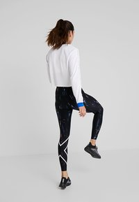 2XU - PRINT MID RISE COMPRESSION - Leggings - black/white - 3