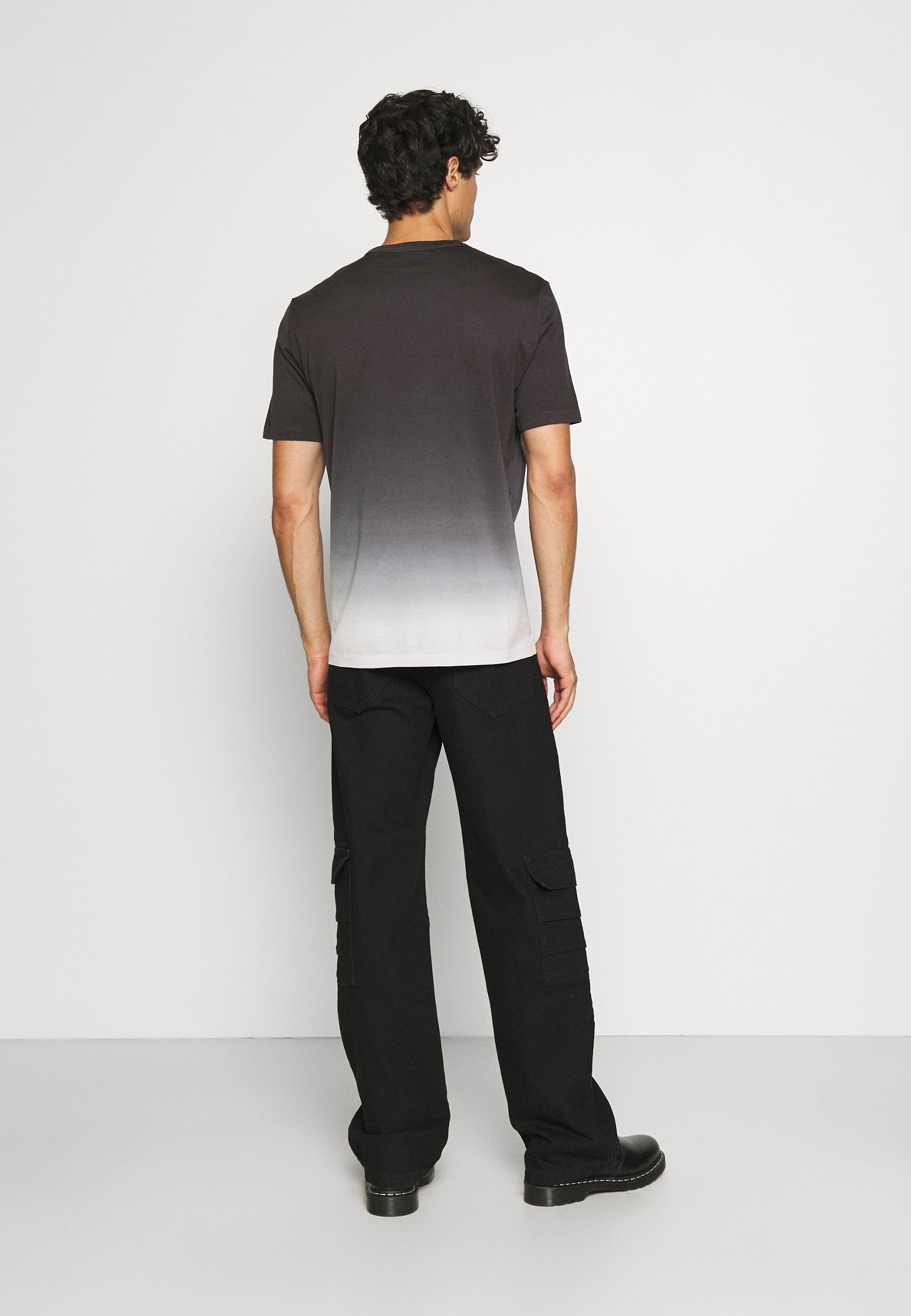 Men ESSENTIAL TEE - Print T-shirt - dark blue/white
