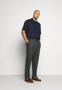 Only & Sons - ONSLINUS LONG CHECK - Trousers - medium grey melange - 1