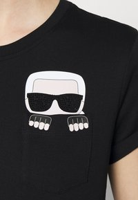 KARL LAGERFELD - IKONIK KARL POCKET TEE - Print T-shirt - black - 6