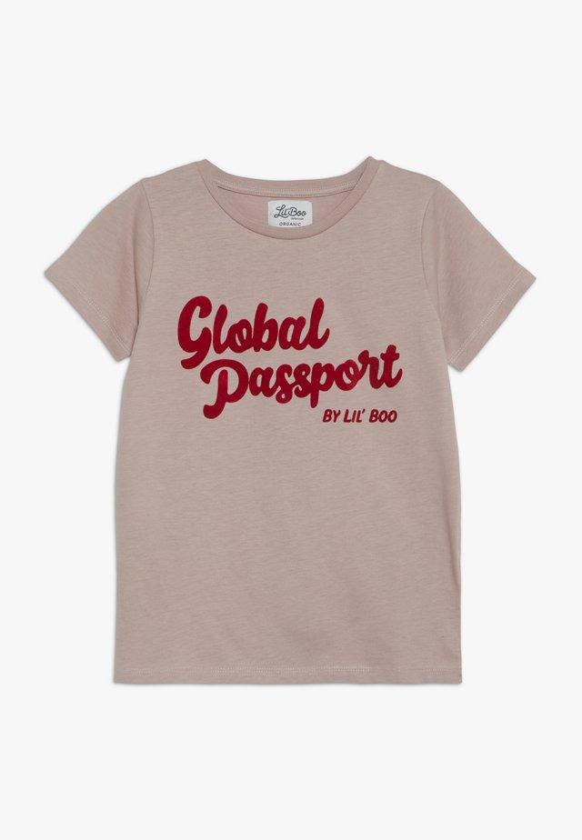 GLOBAL PASSPORT SHORT SLEEVE - T-shirts med print - adobe rose