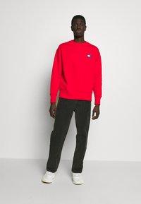 Tommy Jeans - BADGE CREW UNISEX - Sweatshirt - deep crimson - 1