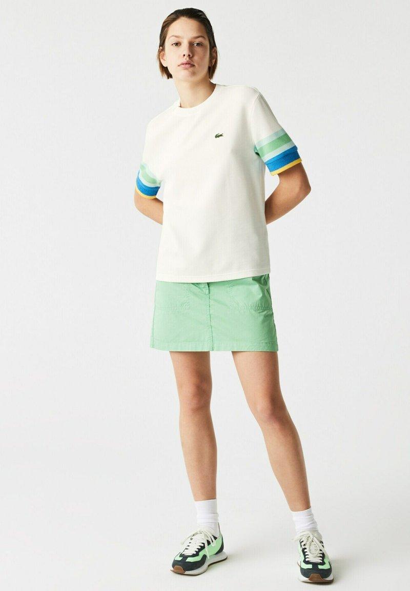 Lacoste - Print T-shirt - weiß / gelb / blau / türkis / grün