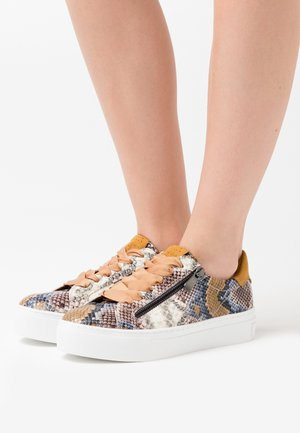 LACE UP - Sneakers - saffron