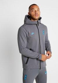 Nike Performance - TOTTENHAM HOTSPURS TECH PACK HOODIE - Klubbkläder - flint grey/blue fury - 0