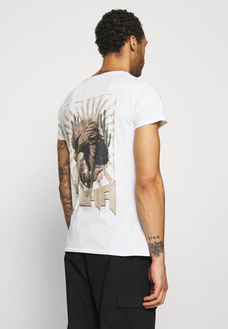 Tigha - VINTAGE EAGLE WREN - T-shirt med print - white