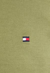 Tommy Hilfiger Tailored - SOLID SLIM SHIRT - Formal shirt - putting green - 2