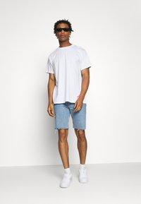 Night Addict - BUYA - T-shirt z nadrukiem - white - 1