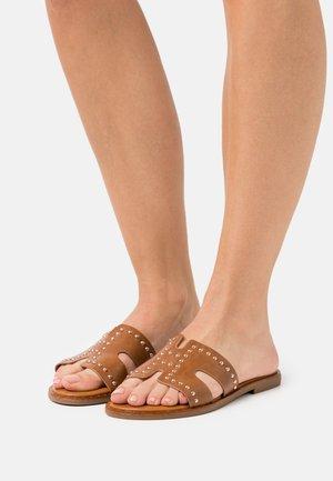 Pantofle - camel