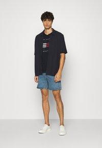 Tommy Hilfiger - CORP FLAG LINES TEE - T-shirt z nadrukiem - blue - 1