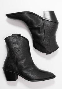 Selected Femme - SLFANNIE CLEAN BOOT - Botki kowbojki i motocyklowe - black - 3