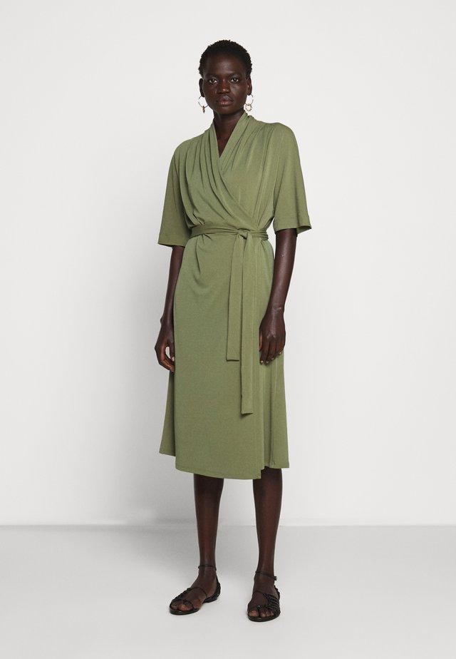 IVESIA - Robe en jersey - olivine