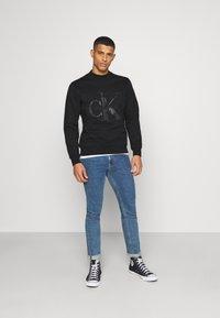 Calvin Klein Jeans - SHINY MONOGRAM CREW NECK UNISEX - Sweatshirt - black - 1
