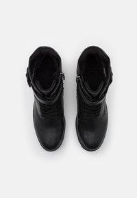 Marco Tozzi - BOOTS - Šněrovací kotníkové boty - black antic - 5