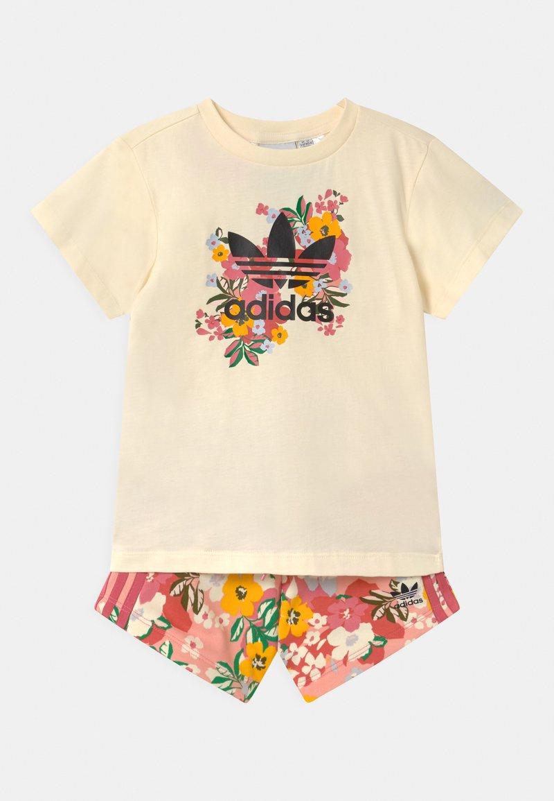 adidas Originals - FLORAL SET - Triko spotiskem - cream white/black/trace pink/hazy rose