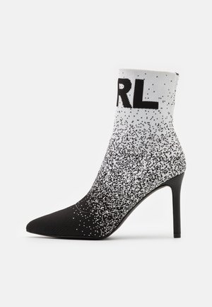 GRADIENT BOOT - Kotníkové boty - black/white