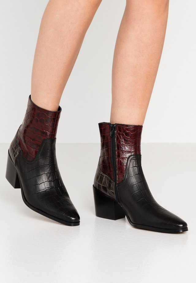 GEORGIA MIX - Cowboy/biker ankle boot - bordeaux