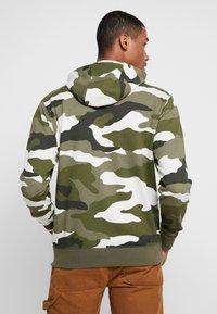 Nike Sportswear - CLUB HOODIE - Hettejakke - medium olive/summit white - 2