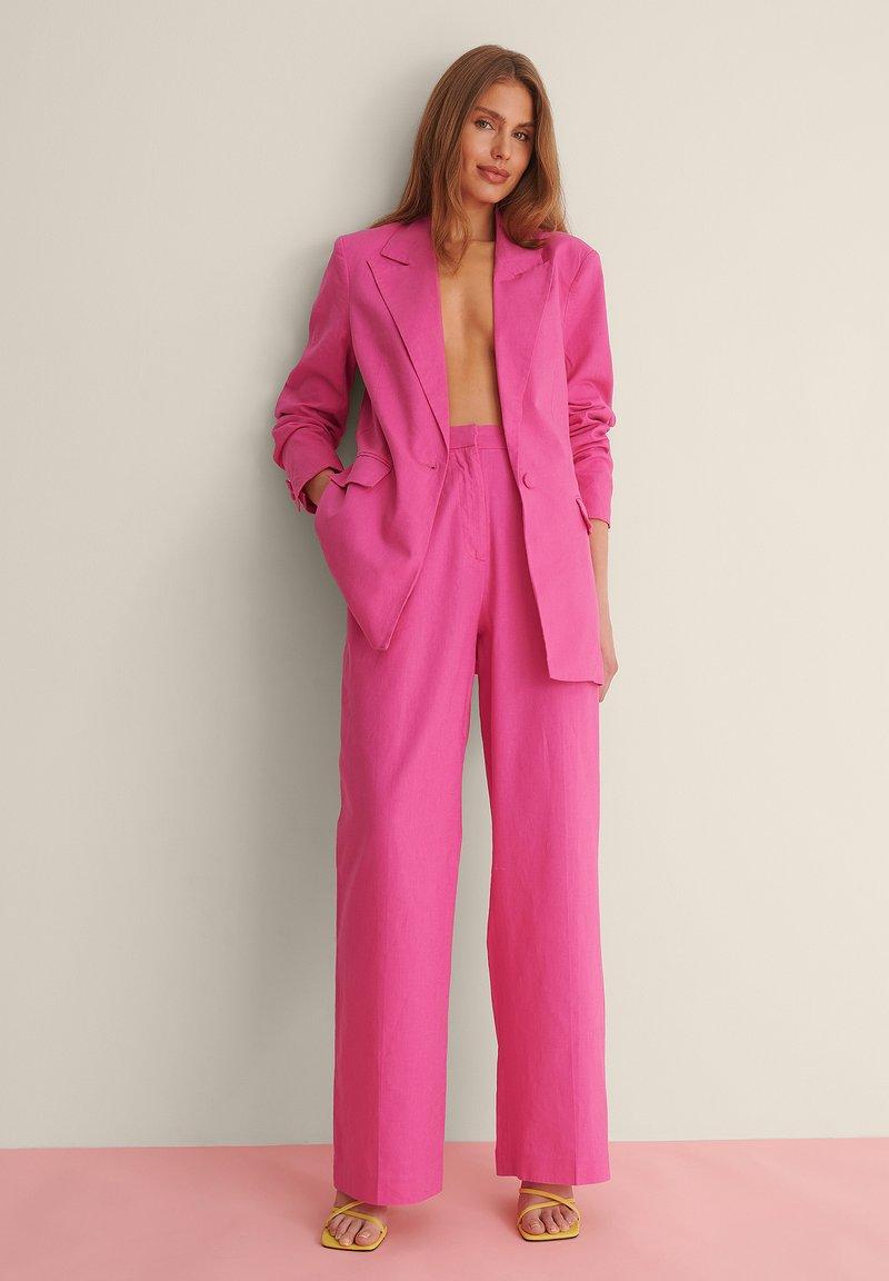 NA-KD - SUIT PANTS - Broek - pink