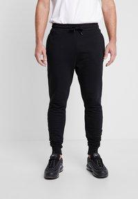 Lyle & Scott - Pantalones deportivos - jet black - 0