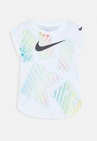 Nike Sportswear - TOSS SCOOP TEE - Triko spotiskem - white - 0