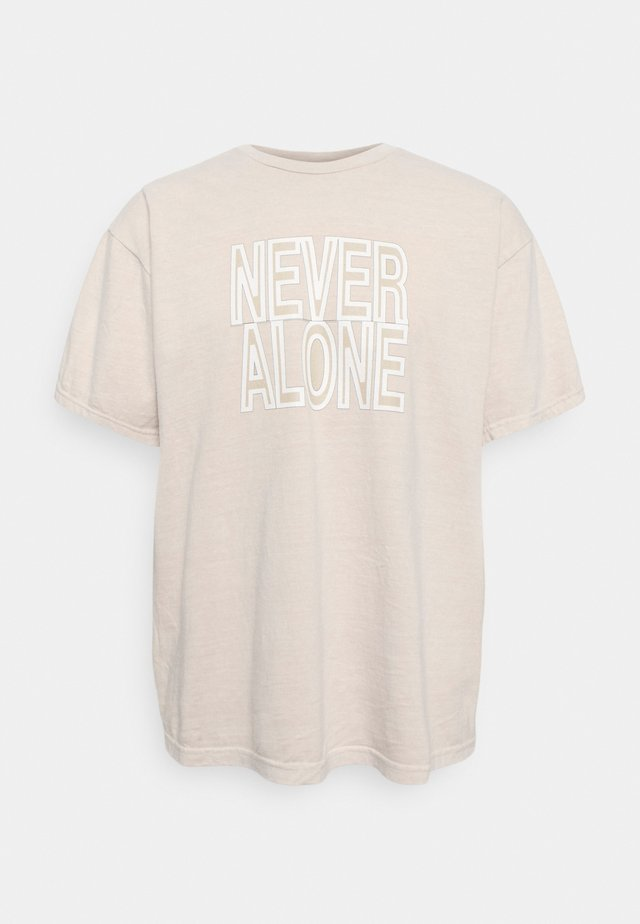 NEVER ALONE TEE - Triko spotiskem - washed taupe